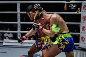 Võ sĩ Muay Thái ra đòn như 'súng bắn' khiến đối thủ 'sấp mặt'