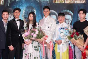 Mạc Trung Kiên đọ dáng bên mỹ nam Thái Lan August Vachiravit trong họp báo ra mắt phim 'Pee Nak 2'