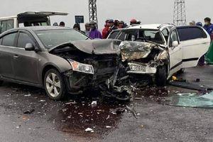 Ô tô 4 chỗ va chạm với xe chở nhà sư trên cầu Trường Hà, 2 người bị thương