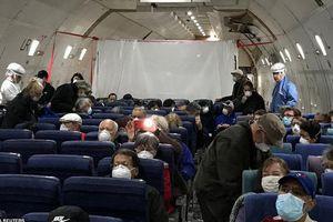 Chuyến bay về nước đầy thấp thỏm của hàng trăm công dân Mỹ rời du thuyền Nhật