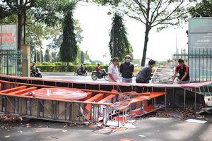 Cổng chào Bảo tàng tỉnh Đắk Lắk bất ngờ đổ sập làm lộ phần trụ xây bằng gạch