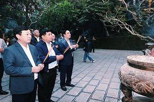 Đoàn công tác Bộ Kế hoạch và Đầu tư dâng hương tại đền thờ Quốc Tổ Lạc Long Quân