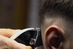 Khi thợ cắt tóc cũng 'lên tuyến đầu' chống dịch COVID-19
