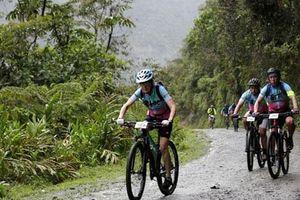 Cụ bà 70 tuổi tham gia 'giải đua xe đạp chết chóc' ở Bolivia