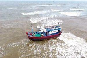 Tàu cá chở 11 ngư dân tông phải đá trên biển