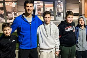 Djokovic gây chú ý khi chơi tennis với fan ở giữa đường