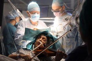 Nghệ sĩ violin chơi đàn khi được phẫu thuật não tại Anh