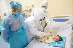 Hình ảnh bé gái 3 tháng tuổi nhiễm Covid-19 tươi cười bên mẹ ngày xuất viện