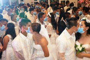 Philippines bắt cặp đôi trong đám cưới tập thể đeo khẩu trang hôn nhau
