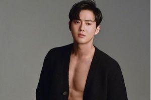 Hình cực phẩm khi mỹ nam Hàn mặc áo phanh ngực