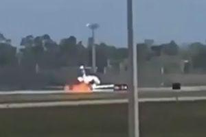 Máy bay bốc cháy ngùn ngụt khi vừa hạ cánh trên đường băng