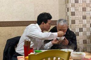 Khoảnh khắc xúc động cuối tuần: Con trai kiến nhẫn bón cho cha già ăn