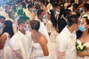 220 cặp đôi đeo khẩu trang trao nhau nụ hôn giữa đám cưới tập thể vì dịch corona