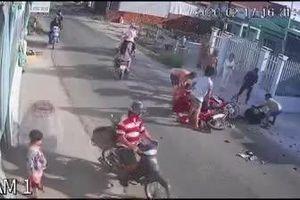 Hai xe máy tông nhau nát đầu sau cú phóng ngược chiều như 'tên lửa' của nam thanh niên