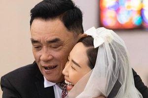 Xúc động với khoảnh khắc cha Tóc Tiên ôm chặt con gái trong ngày cưới