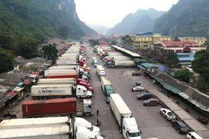 Hàng trăm xe chở hoa quả vẫn đang ùn ứ tại cửa khẩu