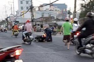 Lao vào xe máy đang qua đường, nam thanh niên nhập viện
