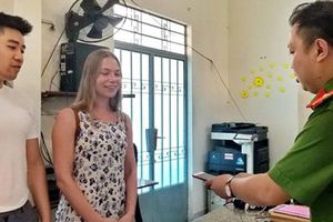 Nữ du khách nước ngoài ấn tượng với kỹ năng Công an Việt Nam