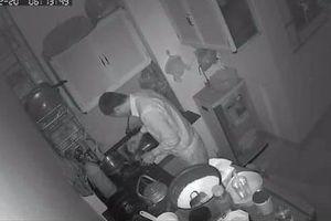 Sợ vợ con thức giấc, ông bố trẻ dậy sớm làm việc nhà trong bóng tối khiến chị em 'thổn thức'