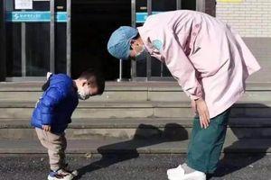 Cậu bé 2 tuổi cúi chào 'mẹ y tá' trước khi xuất viện