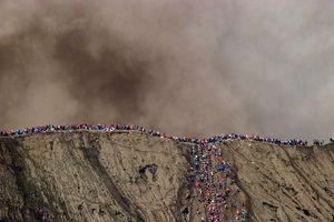 Hàng nghìn người ném vật tế xuống miệng núi lửa ở Indonesia