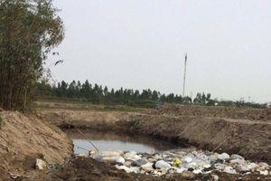 Hải Dương: Xe chở rác thải 'lạ' chôn gần nhà máy nước sạch