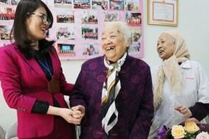 Bà lão 27 năm mở 'phòng khám' miễn phí cho người dân, ngày ngày vẫn bỏ tiền túi bắt xe ôm cứu giúp mọi người