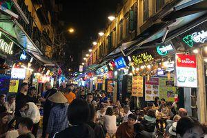 Khu ẩm thực phố cổ Hà Nội vẫn đông nghẹt bất chấp mùa dịch Covid-19