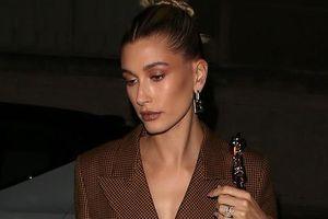 Vợ Justin Bieber mặc đầm blazer sành điệu, buồn bã đi ăn tối một mình