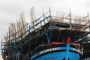 Tàu câu mực bị chết máy thả trôi tự do trên vùng biển Trường Sa