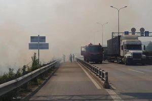 Cháy cỏ, khói mịt mù đường dẫn cao tốc