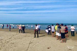 Cá voi khoảng 10 tấn dạt vào bờ biển Hà Tĩnh