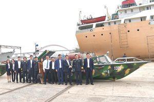Vietcombank bàn giao 3 xuồng CQ-01 tặng bộ đội Trường Sa