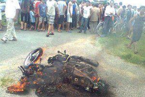 Nghệ An: 2 đối tượng 'câu trộm chó' bị dân làng vây đánh, đốt xe