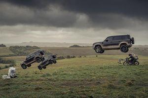 Land Rover Defender 110 mới xuất hiện hoành tráng trong phim James Bond 007