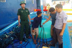 Phát hiện tàu cá mang nhiều thiết bị kích điện đánh bắt trái phép thủy hải sản