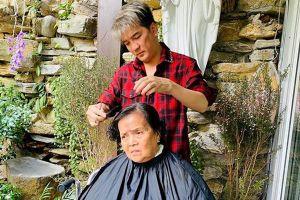 Đàm Vĩnh Hưng cắt tóc cho mẹ xóa tin đồn mâu thuẫn