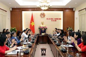 Lễ trao Quyết định nghỉ chế độ bảo hiểm xã hội đối với đồng chí Đào Quang Vinh và Bổ nhiệm Viện trưởng Viện Khoa học Lao động và Xã hội