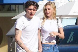 Con trai David Beckham và bạn gái mặc đồ đôi, tình tứ nắm tay dạo phố