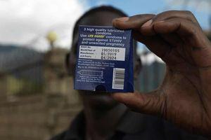 Kiện vì nhiễm HIV sau khi dùng bao cao su của tổ chức từ thiện
