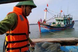 Cứu hộ tàu cá mắc cạn ở cửa biển Thuận An