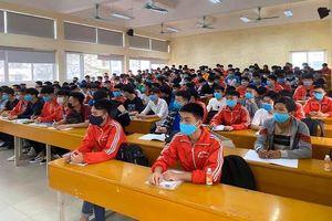 Sinh viên đo thân nhiệt, đeo khẩu trang trong ngày đầu quay trở lại trường sau đợt nghỉ kéo dài