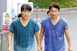 Chiếc áo đẫm mồ hôi của bác sĩ nơi tâm dịch Covid-19 ở Hàn Quốc