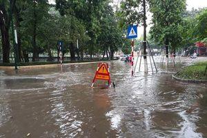 Hà Nội: Mưa xối xả khiến phố ngập sâu, cây đổ đè bẹp xe ô tô