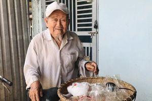 Kon Tum: Cụ ông 90 tuổi đi bán hàng rong 'nuôi' tấm lòng nhân ái