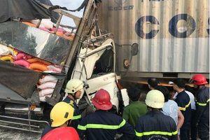 TP HCM: Xe tải húc đuôi container, 3 người tử vong, 1 người bị thương