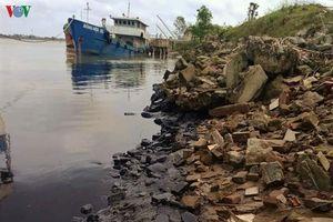 Truy tìm nguồn gốc vệt dầu đen kịt trải dài trên sông Lam