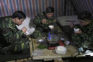 Người lính Biên phòng ngày đêm phòng dịch trong rừng biên giới
