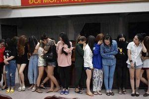 Đột kích 'động bay' trong quán karaoke lớn hàng đầu Quảng Trị