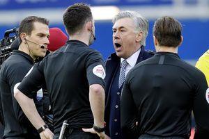HLV Ancelotti bị phạt nặng vì nhận thẻ đỏ trận Everton hòa MU